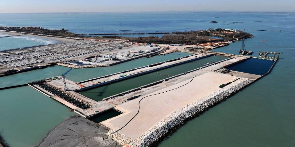 Navigation lock for 150,000 DWT ships at the inlet of Malamocco in the Venice lagoon (Italy)